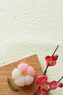 緑の和紙に置かれた梅の練り菓子の写真素材 [FYI01463334]