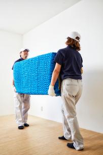 家具を運ぶ男女の引っ越しスタッフの写真素材 [FYI01463335]