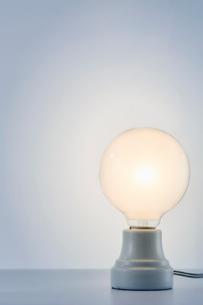 白い背景と光る電球の写真素材 [FYI01463364]