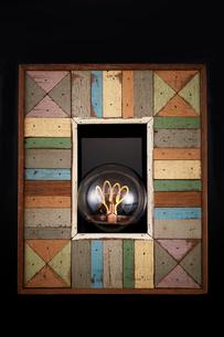 木製のフレームと電球の写真素材 [FYI01463365]