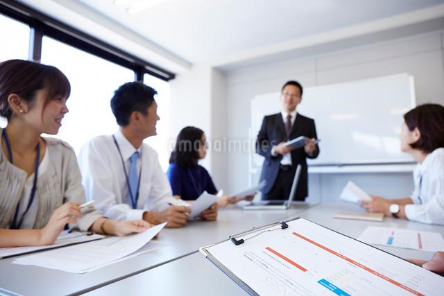 オフィスで会議をしている様子の写真素材 [FYI01463381]