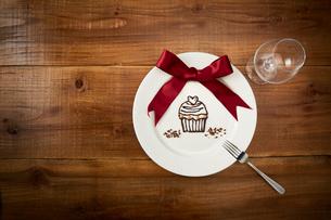 チョコでカップケーキが書かれた白いプレートのイラスト素材 [FYI01463393]