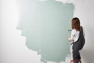 壁を塗る女性の写真素材 [FYI01463414]