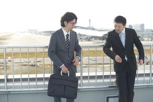 空港で話し合うサラリーマンの写真素材 [FYI01463435]