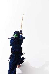 竹刀を振りかざす道着を着た男性の後ろ姿の写真素材 [FYI01463462]