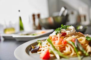 トマトやズッキーニの色とりどりのパスタの写真素材 [FYI01463478]