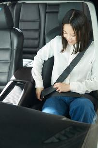 シートベルトを締める女性の写真素材 [FYI01463516]
