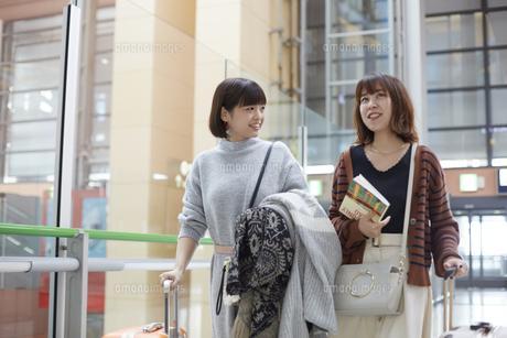 これから旅行に行く二人の女性の写真素材 [FYI01463524]