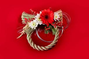 赤い背景に飾っているしめ縄の写真素材 [FYI01463535]