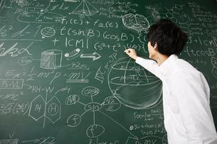壁一面の黒板に数式を書き詰めるのイラスト素材 [FYI01463589]