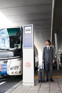 バス停で待機するサラリーマンの写真素材 [FYI01463605]