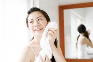 お風呂上がりの若い女性の写真素材 [FYI01463653]