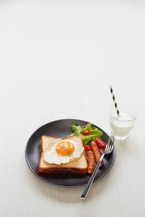 白い木目の天板の上の朝食プレートの写真素材 [FYI01463664]