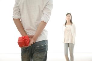 プレゼントを渡そうとするカップルイメージの写真素材 [FYI01463686]