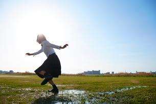 グラウンドを走る女子高生の写真素材 [FYI01463696]