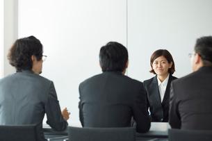 オフィスで面接を受けている女性と面接官の写真素材 [FYI01463713]