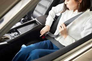 シートベルトを締める女性の写真素材 [FYI01463755]