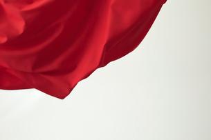 靡いている赤い旗の写真素材 [FYI01463757]