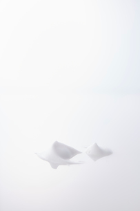 反射する板についた泡の写真素材 [FYI01463783]