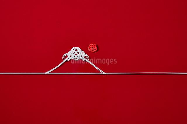 赤い背景に引かれた水引の富士山の写真素材 [FYI01463792]