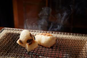 七輪で焼かれている2つの角餅の写真素材 [FYI01463800]