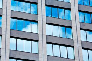 高層ビルの窓の写真素材 [FYI01463818]