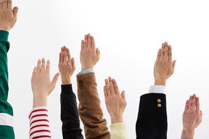 挙手する人々の手の写真素材 [FYI01463835]