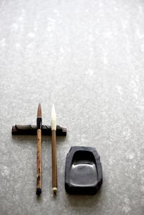 石板の上の書道の道具の写真素材 [FYI01463842]
