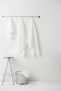タオルバーにかけられた白い複数のタオルの写真素材 [FYI01463843]