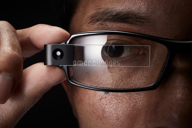 スマートグラスをかけている男性の写真素材 [FYI01463850]