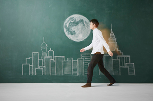 ビル群と満月が描かれた黒板イラストを横切るのイラスト素材 [FYI01463869]