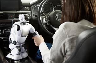 ロボットを使って自動運転車を操作する女性の写真素材 [FYI01463874]