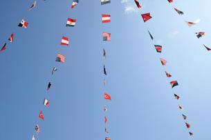 風になびく万国旗の写真素材 [FYI01463888]