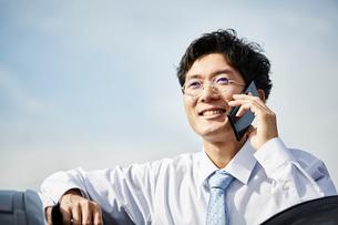 笑顔で電話をかける男性の写真素材 [FYI01463891]