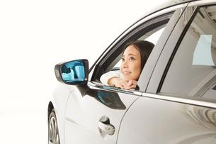 車の窓から外を眺める女性の写真素材 [FYI01463928]