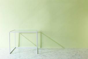 壁と大理石の床とテーブルの写真素材 [FYI01463934]