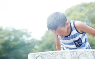 水飲み場で水を飲む男の子の写真素材 [FYI01463935]