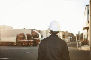 作業服とヘルメットの後ろ姿の男性の写真素材 [FYI01463947]