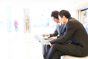 空港でノートパソコンを開くサラリーマンの写真素材 [FYI01463992]