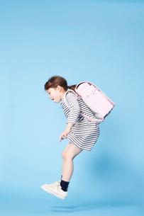ジャンプするランドセルを背負った女の子の写真素材 [FYI01464012]
