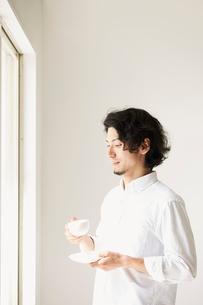 一人の時間を楽しむ男性の写真素材 [FYI01464017]