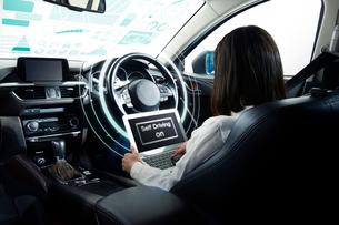 自動運転車に乗る女性の写真素材 [FYI01464026]