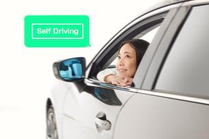 車から顔を出す女性の写真素材 [FYI01464027]