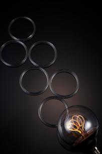 電球と透明の丸いわっかの写真素材 [FYI01464073]