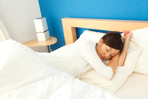 スヤスヤと眠る若い女性の写真素材 [FYI01464086]