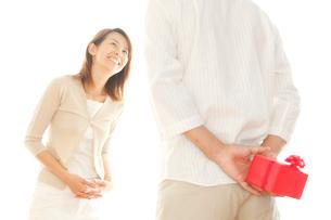 プレゼントを渡そうとするカップルイメージの写真素材 [FYI01464098]
