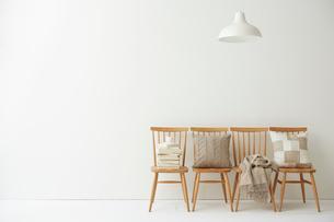 四脚の並べられた椅子とペンダントライトの写真素材 [FYI01464113]