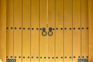 黄色い大きな門の写真素材 [FYI01464136]