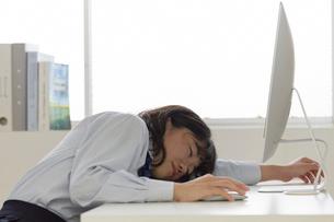 パソコンの前で居眠りをする女子高生の写真素材 [FYI01464197]