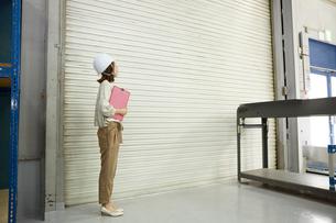 ヘルメットを被り点検する女性の写真素材 [FYI01464198]